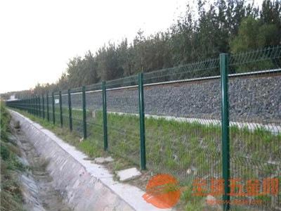 公路护栏网产品应用 公路护栏网产品焊接技术 公路护栏网产品防腐处理
