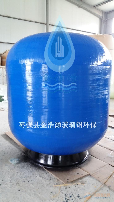 游泳池的过滤系统设备的选用通常应满足占地面积小,操作简单、安装方便,并能充分保证出水水质,效率高、能耗小,管理费用低等特性。该罐体外部的缠绕聚酯 丝绕组加工过程中,使用高于百分之七十比例的玻璃纤维与聚酯材料捆绑,过滤器整体是由纵向圆柱形绕法的交替层结构包裹而成。此种连续的交叉线缠绕是由数字 化控制仪器制作,极高的牢固特性及机械稳定性使它可以经受较高的内部压力,并具有良好的耐化学腐蚀性和防晒、防紫外性能。这种缠绕式玻璃钢材质的过滤设备 及反应容器已被国内外广泛采用。适用于游泳池、海洋馆、鱼池、观赏池、水上乐
