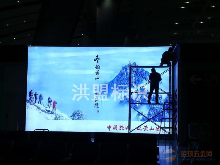 北京洪盟天创广告有限公司是一家集研发、生产、销售于一体的专业广告公司。公司业务范围:专业灯箱、灯箱广告、广告灯箱、宝丽布灯箱、灯箱制作、吸塑灯箱、北京灯箱制作、换画滚动灯箱制作等。 灯箱制作操作注意事项: 做灯箱或粘贴字时,一定要分清哪边靠墙体,靠墙体一边下侧,引出电线。上侧爱进雨水,其它两侧出线,不好看。 粘贴字时,有机胶水、瓶、盖不要放在有机板面上,否则,瓶、盖上遗流下来的胶水把板面搞脏,粘贴时,笔或针管不要沽满,以防滴在板面上,影响美观,一般粘好后,盖上一张报纸。灯箱板面pvc板,不能用香蕉水、稀料