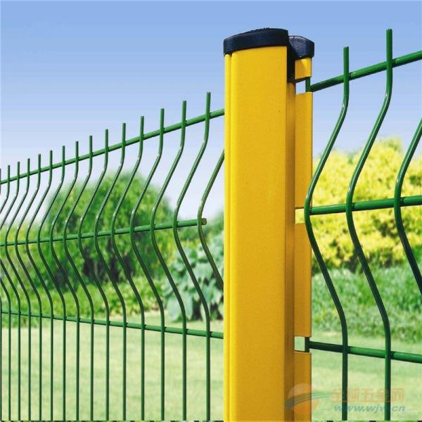 厂家大量现货供应 三角折弯护栏网 桃型柱折弯围栏网