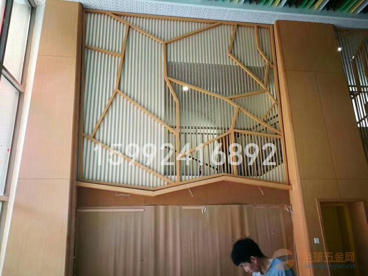 展厅通道木纹铝方通隔断多少钱一平