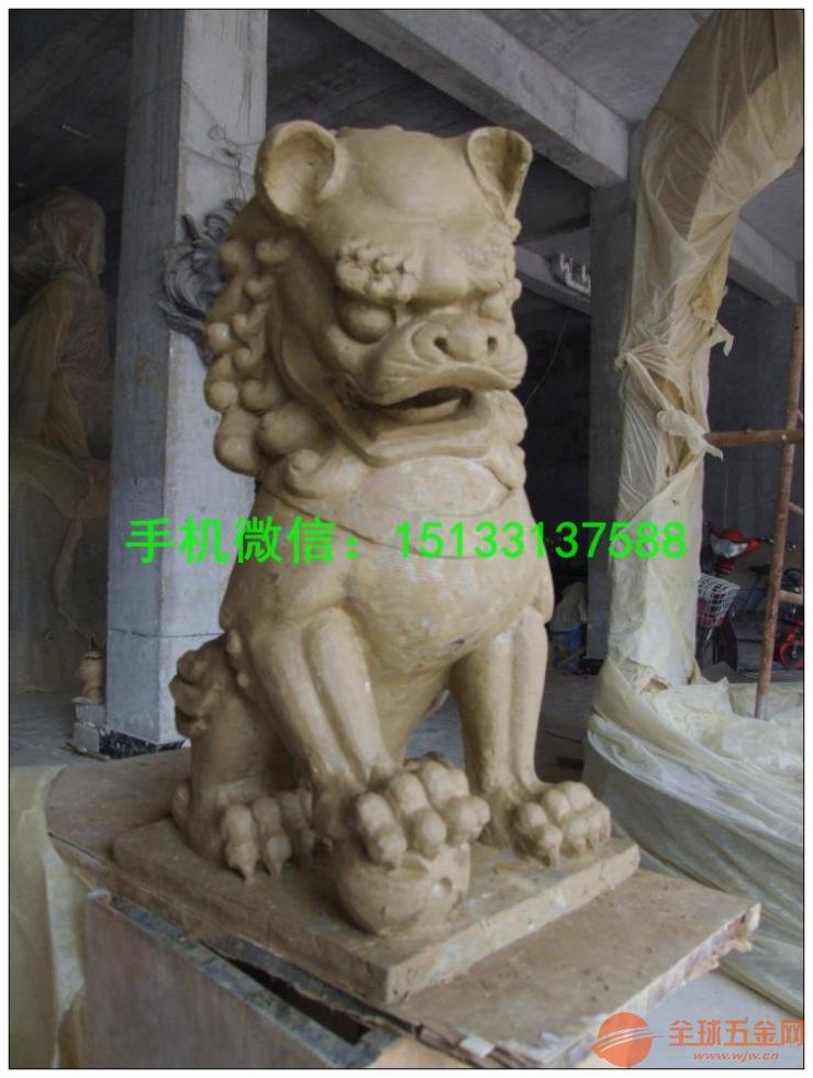"""狮子多用来化解屋外的凶煞,故此若不能在大门摆放石狮来坐镇,那便可在大门上加上一金属狮头,那亦可起到挡煞之效。   狮子相貌凶猛,勇不可挡,威震四方,是百兽之王。在世界各地,人们都把狮子视为瑞兽,狮子塑像在五大洲到处可见。狮子虽不是中国的土特产,但中国却有独特的狮文化,每逢佳节,全国各地都有舞狮活动。人们套上五彩缤纷的狮子外套,模仿狮子行走坐卧、俯仰跳跃。其中""""双狮戏绣球""""的舞蹈,寓意生生不息、家族繁衍、社会繁荣。在吉祥图案中的狮子滚绣球图,也具有同样的寓意。狮子的形象还经常出现"""