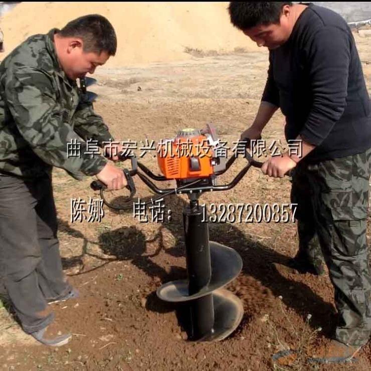 """手提挖坑机 挖树机介绍: 环保植树挖坑机适用于园艺、城市绿化、坡地植树等挖坑作业,是人们植启动快、功能完善、挖坑作业机动性能好等特点。使用它既可极大地提高机械化植树造林效率,又可保证苗木的栽植质量。手提式挖坑机有单人或双人操作的机型。主要结构由机架 环保快速植树的号召,采用人工挖坑镐刨、锹挖既费力又费时,人员疲劳,效率太慢,因此,采用""""环保植树挖坑机"""",比人工挖坑快30倍,而且还不劳累,所以采用""""环保植树挖坑机""""挖坑省力省时、操作简单、使用方便,它是世"""