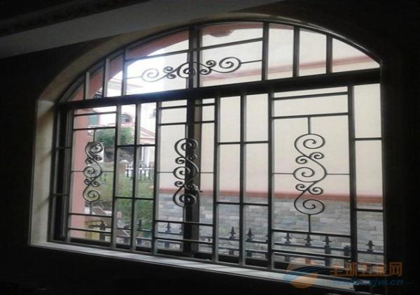 镂空雕花铝窗花应用场合也比较广泛,例如厨房,卫生间,客厅,别墅,洋房