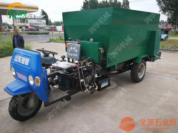 新型搅拌撒料车 高效率农用喂料车 柴油撒料车