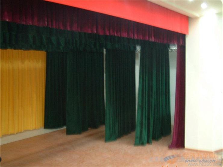 舞台幕布是各种类型剧场、影剧院、礼堂、俱乐部、演播厅等舞台上不可缺少的设备,它起着装饰舞台,提高演出效果的作用,目前舞台上广泛使用的幕布主要有舞台大幕、会议幕、三道幕、檐幕、横侧幕、纱幕、天幕、吸音幕等种类。 大幕:是舞台的门户,也是舞台上主要幕布;它主要用于演出开始和结束的启闭,有时也用作场幕使用。类型有启闭式、升降式、串帘式、均匀式等。 檐幕:是大幕前上台口的横幕,用它作为舞台上檐的假台口,挡住观众对舞台上空的视线,它与大幕形成配套,因而衬托了大幕的美观。类型有升降式,固定式等。 二、三道幕:是用于各