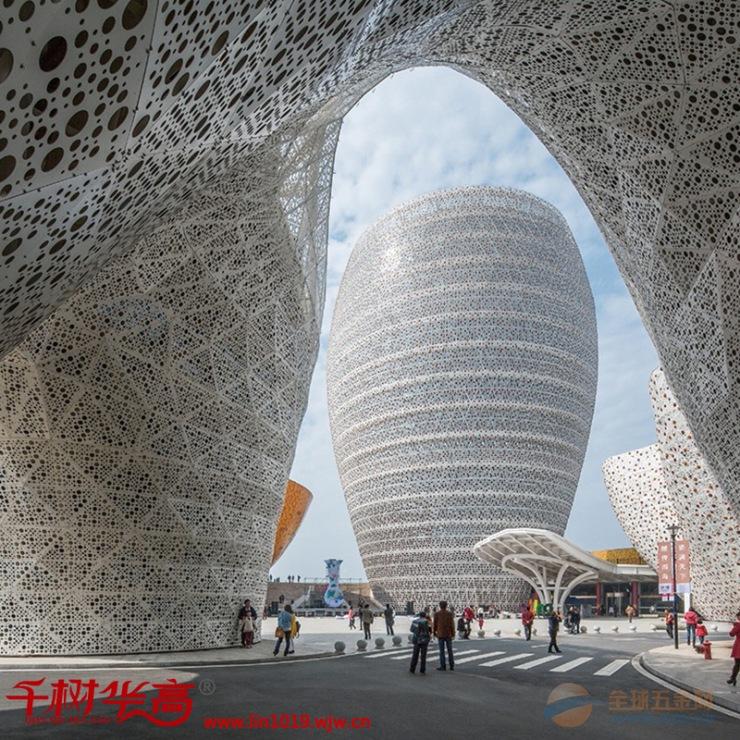 现在越来越多的建筑设计师将镂空这一时尚元素融入到了建筑装饰上,这