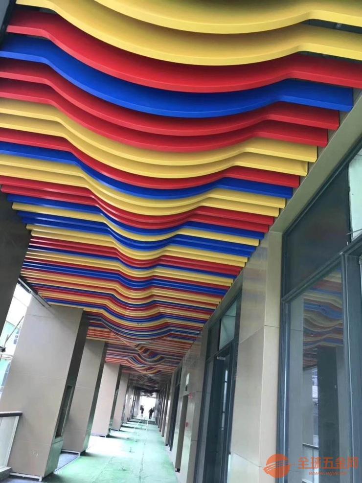北京商业楼走廊弧形铝方通 弧形造型铝方通吊顶 彩色铝方通